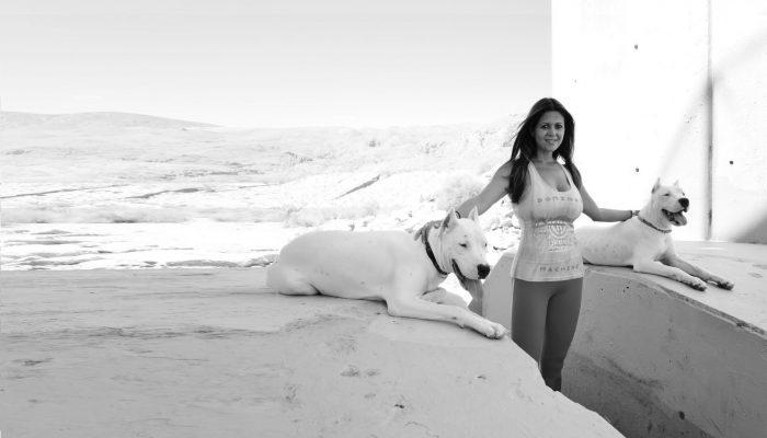 bella modelo junto a dos dogos argentinos