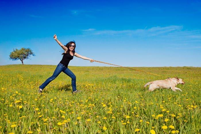 mujer siendo arrastrada por un perro que usa un collar super resistente